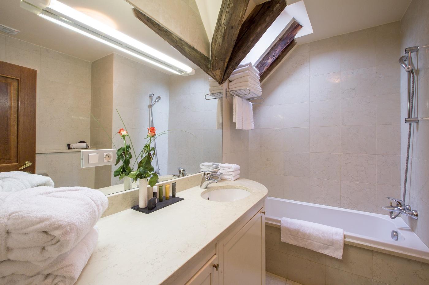 Nicholas Hotel Residence bathroom